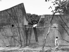 More on Europaconcorsi. Via / Brutal minimalism from Le Corbusier perfectly captured by Turkish architect and photographer Cemal Emden. Le Corbusier, Chandigarh, Art Et Architecture, Contemporary Architecture, Luigi Snozzi, Iron Mountain, Ecole Art, Modern Masters, India