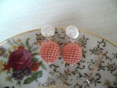 Gehaakte oorbelletjes in koraalkleur met zilveren oorstekers
