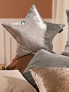 Glänzende Kissen zaubern einen Sternenhimmel in Ihr Wohnzimmer! #Winter #Wohnen