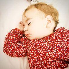 Le sommeil... toute une histoire à dormir debout! 😁 __ Cette acquisition naturelle est souvent source d'enjeux pour les parents 😬 __ «Il n'y a rien que les enfants soient obligés d'acquérir à un âge fixé - même si une majorité y parvient.» (Dr Rosa Jové dans «Dormir sans larmes») 📚  __ Si on considère que l'enfant qui ne trouve pas le sommeil tout seul dès le plus jeune âge à un «problème», alors je peux considérer que mes 3 enfants ont été problématiques 😅 __ Et pourtant, comme…