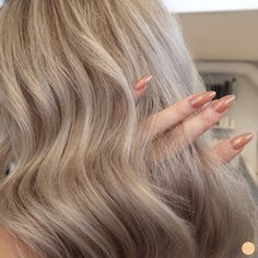 Lowlights i blont hår - Peach Stockholm Honey Blonde Hair Color, Blonde Hair Looks, New Hair 2018, Beige Hair, Light Strawberry Blonde, Dye My Hair, Light Hair, Gorgeous Hair, Hair Goals