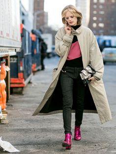 【ELLE】2015-16秋冬NYFWで人気モデルの私服おしゃれを追っかけ! ハンネ・ギャビー・オディール(Hanne Gaby Odiele) 「ジェイソン ウー」のショー後に、おしゃれ番長のハンネをキャッチ。ボリューム感も旬なロング丈のモッズコートは、バイカラーのスウェットやブラックデニムでノンシャランに着こなして。お気に入りの「サンローラン」のグリッターブーツでグラムロックなスパイスを効かせつつ、スウェットのピンクをリフレインさせた小ワザが◎。