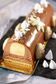 Chocolate and caramel log with shortbread, coffee macarons & fleur de sel Christmas Desserts, Christmas Baking, Fancy Cake, Cookie Recipes, Dessert Recipes, Fancy Desserts, French Pastries, Tupperware, Sweet Recipes