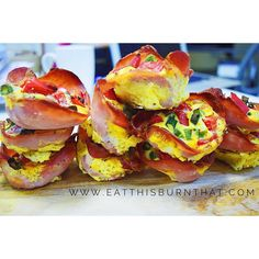 These BAE muffin cups is paleo friendly, healthy and make a great convenient breakfast option! Never skip breakfast again (or opt for the dirty bacon and egg roll! with these quick & easy paleo bacon and egg muffin cups! Quick Healthy Breakfast, Healthy Snacks, Healthy Recipes, Breakfast Options, Breakfast Recipes, Bacon And Egg Roll, Egg Muffin Cups, Paleo Bacon, Quick Easy Meals