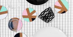 Kombinera det hetaste materialet just nu med den hippaste trenden till sommarens roligaste DIY! Inspirerade av 80-talets färgskala och Memphisgruppens drivna formspråk målar vi AVSKILD korkunderlägg i grafiska pasteller.