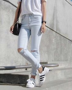 the chic fashionista Destroyed Jeans, Ripped Jeans, White Jeans, Mom Jeans, Camelo, Chic Fashionista, Sport Chic, Minimalist Fashion, Spring Summer Fashion