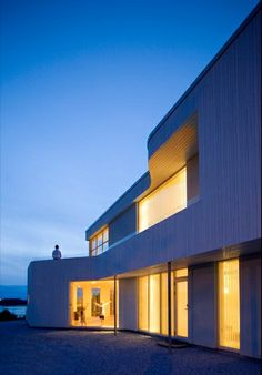 This Villa lies like a white landmark in the soft landscape. The house has a futuristic form but is built with traditional Nordic materials and architectural elements with a good basis in Norwegian building methods. #architecture #arquitectura #nieve #snow #spain #españa #home #selectahome #luxuryhouse #wood #madera #white #blanco #night #noche