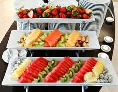 New fruit platter display wedding catering Ideas Fruit Buffet, Party Buffet, Fruit Trays, Fruit Snacks, High Tea Food, Fruit Party, Veggie Tray, Fruit Displays, Food Platters