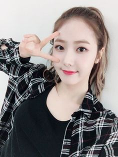 Welcome Buddies♡ Welcome to Yeoja Chingu a.a GFriend community. Post everything you want as long as it was GFriend. Extended Play, South Korean Girls, Korean Girl Groups, Gfriend Profile, Korean Hair Color, Sinb Gfriend, Fan Picture, Wattpad, G Friend