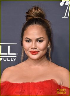 Chrissy Teigen, January Jones & Busy Philipps Go Glam for Gala!: Photo Chrissy Teigen looks so glam walking the carpet at the 2017 Gala held at on Saturday (November in Culver City, Calif. The model… Chrissy Teigen Hair, Chrissy Teigen Photos, Bun Updo, Celebrity Hairstyles, Hairstyles Haircuts, Medium Hair Styles, Short Hair Styles, January Jones, Hair Knot