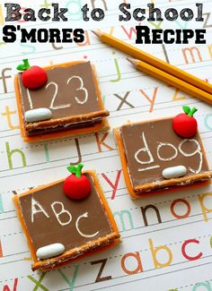 Back to School S'mores Chalkboard Recipe These back to school s'mores chalkboard decor are SO adorable and make the perfect back to school recipe idea for parties and after school snacks! School Cake, School Treats, After School Snacks, School Lunches, School Cupcakes, Bag Lunches, Back To School Party, School Parties, School Party Snacks