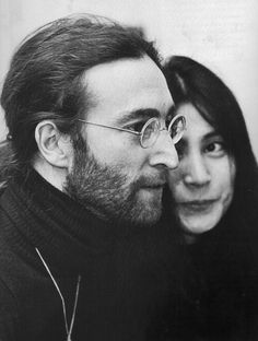 John And Yoko. Me encanta como ella lo mira, tan enamorada, como si recién se conocieran...