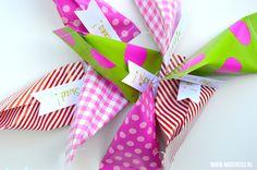 traktatie zakjes van papier maken Trick Or Treat, Diys, Gift Wrapping, Treats, Paper, Tableware, Creative Ideas, Halloween, School