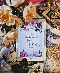 Sophie Collingwood liebt, dank ihres Onkels Bertram, Bücher über alles und ganz besonders die Geschichten von Jane Austen. Ihre Welt bricht durch einen Unglücksfall in Scherben und sie fängt an, in einem Antiquariat zu arbeiten, in dem zwei Kunden plötzlich ein starkes Interesse an dem Werk 'Ein kleines Buch allegorischer Geschichten' von 1796 zeigen. Das kann kein Zufall sein. Eine gefährliche Geschichte um Jane Austen, den Geistlichen Richard Mansfield und die Liebe zu Büchern beginnt. Das…
