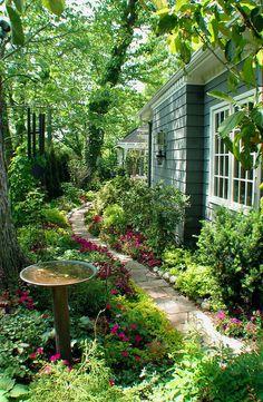 el jardín muy grande con muchas plantas y flores