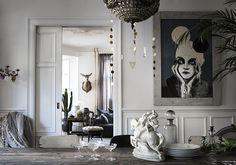 Farväl tristess - i Maria Tofts hem finns ingen plats för trista stunder. Här får fantasin ständig näring i en rikt dekorerad miljö. Bland alla älskade saker finns gott om utrymme för...