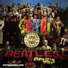 """El 30 de marzo de 1967 Michael Cooper saca la foto histórica del álbum de los #Beatles """"Sgt. Pepper s Lonely Hearts Club Band"""".  El álbum destacaba tanto por su música, como por su concepto. La portada, diseñada por el artista pop Peter Blake incluyó una fotografía de los cuatro Beatles vestidos como sargentos delante de un collage de rostros célebres. El vestuario de los músicos fue creado por el diseñador mexicano Manuel Cuevas. Entre los rostros célebres se encontraban Marilyn Monroe…"""