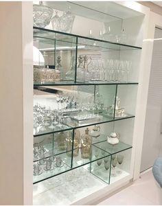 Cristaleira desenhada toda em vidro e Home Room Design, Dining Room Design, Interior Design Living Room, Living Room Decor, House Design, Room Partition Designs, Glass Furniture, House Furniture, Bars For Home
