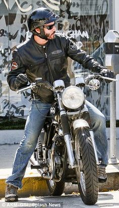 A laid back Keanu rides off on his beloved Norton Commando Roadster.Wearing a Harley-Davidson leather jacket, jeans and a pair of hiking boots Arch Motorcycle, Norton Motorcycle, Motorcycle Style, Motorcycle Garage, Motorcycle Touring, Motorcycle Quotes, Harley Davidson Leather Jackets, Harley Davidson Motorcycles, Triumph Motorcycles