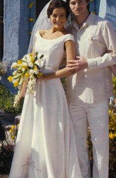 Her dress its beautiful and the bouquet as well!!! love this movie.. xD From Prada to Nada..