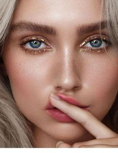 8 Summer Eyeshadow Trends You Need To Know About - - Make up - These eyeshadow trends are not only cute and fashionable, but they& also easy to achieve. Beauty Make-up, Beauty Hacks, Hair Beauty, Beauty Tips, Beauty Products, Beauty Shop, Makeup Products, Natural Lips, Natural Makeup
