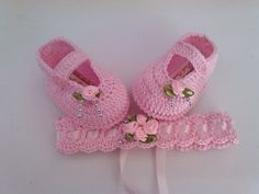 Sapatinho e tiara de croche Confeccionados com linha 100% algodão Tamanhos: 14 - 0 a 2 meses 15 - 2 a 4 meses 16 - 4 a 6 meses Informe o tamanho no ato da compra R$ 30,00