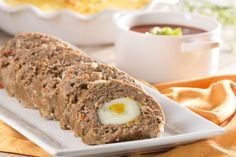 This is a simple recipe that your family will love, it is a rich roll of meat stuffed with boiled egg, served with a rich sauce. It is a good and different option to prepare ground beef and delight everyone. Meat Recipes, Mexican Food Recipes, Cooking Recipes, Ethnic Recipes, What's Cooking, Food Dishes, Main Dishes, Meat Rolls, What To Cook
