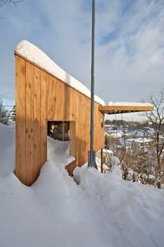Almost hanging in a small hillside, the Writers cottage is a geometry wood building designed as studio space. The garden and the indoor space define a Tiny House Trailer, Small Cottages, Micro House, Interesting Buildings, Small Studio, Wooden House, Small World, Beautiful Space, Writers