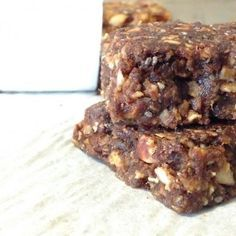 Barres aux dattes et aux noix Sugar Free Desserts, Cookie Desserts, Healthy Protein Breakfast, Yummy Snacks, Yummy Food, Granola Cookies, Health Snacks, Healthy Cookies, Sweet Cakes