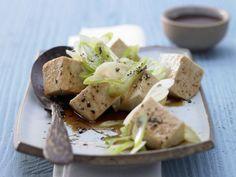 Gedämpfter Seidentofu: japanisch anmutendes Tofu-Rezept. Kalorienarmer Tofu, ein Sojamilch-Produkt, ist cholesterin- und laktosefrei.