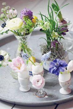 #Skorupki po jajkach to świetny patent na dekoracje wielkanocne! Zdj.Lene Samso/House of Pictures, Minna Mercke Schmidt/House of Pictures, FloraPress, Gap Photos   #wielkanoc #easter #jajka #skorupki #pisanki #bukiety #DekoracjeNaStół #table #flowers #diy #handmade #pomysły #inspiracjediy #inspiracje