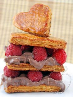 Milhojas de frambuesa y mousse de helado de chocolate Millefeuille filled witn raspberries and chocolate ice cream mousse Millefeuille aux framboises et à la mousse de glace au chocolat