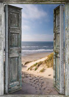 Tuinposter 'Oude deur naar strand'