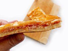 """Impasto per la pizza: 200 gr di farina """"0"""" per pizza 100 gr di semola rimacinata di grano duro 100 gr di farina manitoba 10 gr di lievito di birra fresco 1 cucchiaio d'olio extravergine d'oliva 250 ml d'acqua tiepida (o al 50% con latte) 1 cucchiaino di zucchero 1 cucchiaino di sale"""