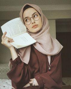Şevval | Blog yazarı,eğlence,hayata dair her şey | Bazı rastlayışlar ilk defa gittiğin bir kütüphanenin rastgele rafında aldığın alalade bir şiir kitabının en altı çizilesi mısrasının ,… #tesettür Casual Hijab Outfit, Hijab Chic, Beautiful Muslim Women, Beautiful Hijab, Hijabi Girl, Girl Hijab, Arab Fashion, Muslim Fashion, Moda Hijab