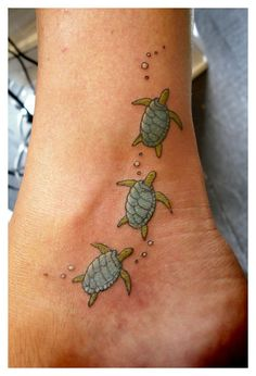 The sea turtle tattoo or turtle tattoo is often a popular tattoo choice for men and women, although it symbolizes a woman. Sea turtle tattoos hold a high level of symbolic meaning and make for some of the most unique tattoo designs. Tatoo Art, Hawaiianisches Tattoo, Tattoo Trend, Piercing Tattoo, Ear Piercings, Tattoo Cake, Mama Tattoo, Thai Tattoo, Armband Tattoo