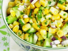 Maissista, avokadosta ja kurkusta syntyy raikas meksikolainen salaatti brunssille. http://www.yhteishyva.fi/ruoka-ja-reseptit/reseptit/meksikolainen-maissisalaatti/01428