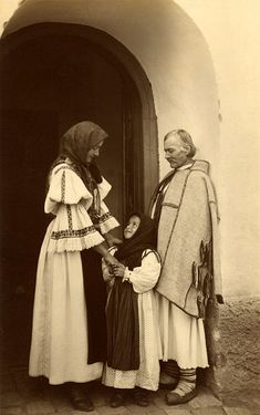 Peasant Family in Sibiu, Romania, Vintage Photographs, Vintage Photos, Folk Costume, Costumes, Romania People, Transylvania Romania, People Of The World, Eastern Europe, Traditional Art