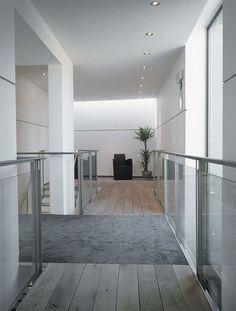 Met als uitgangspunt dat een houten vloer de basis vormt van een interieur creëert Meubiflex bijzondere vloeren. Bekijk de prachtige vloeren op HOOG.design. Interior Exterior, Interior Design, Bathtub, Stairs, Flooring, Mirror, Wood, Furniture, Home Decor