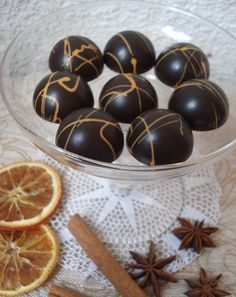Igazi karácsonyi bonbon: egy réteg fahéjas-narancsos karamellakrém és egy réteg mézeskalácsfűszeres étcsokiganache. A Kifőztük decemberi s... Homemade Chocolate, Chocolate Recipes, Mousse, Candy Board, School Snacks, Cookie Desserts, Diy Food, Cake Cookies, Cake Decorating