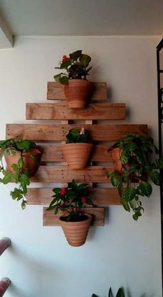 Pallet shelves aren't only good for storing paper and other lightweight items. They can actually be quite sturdy and. decoration house Top 10 Easy Woodworking Projects to Make and Sell Easy Woodworking Projects, Diy Pallet Projects, Garden Projects, Wood Projects, Easy Projects, Garden Ideas, Backyard Ideas, Pallet Crafts, Landscaping Ideas