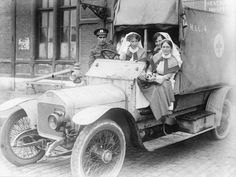 MINISTRY INFORMATION FIRST WORLD WAR OFFICIAL COLLECTION (Q 13408)   British nurses of No. 4 Motor Ambulance Convoy, Boulogne.