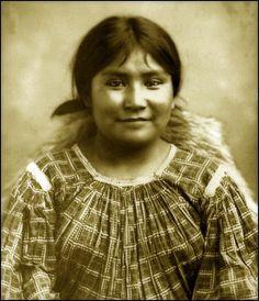 Portrait of Na-din-praquai-gizay, a young Apache woman. Photo taken between 1884-85.