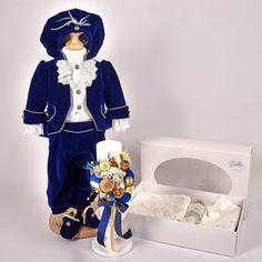Trusoul Botez Complet Prinț Albastru Royal este una dintre propunerile noastre de pachet complet cu toate cele necesare pentru crestinarea micutului dumneavoastra. Este compus din:  Costum Botez Prinț Albastru Royal, alcatuit din 5 piese, accesorizat cu redingotă, cămașă cu vestă și jabou, băscuță cu pene si botoșei Trusou pentru botez delicate Lace alcatuit din 6 piese, ambalate in cutie cu fereastra transparenta Lumanare de Botez Flori Nemuritoare Golden Blue, inaltime 25 cm Costume, Floral, Florals, Costumes, Fancy Dress, Flower, Flowers