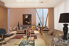 Esta casa, construída há 12 anos pelo Studio Denise Zuba, foi atualizada com um novo projeto de expansão e decoração para receber os amigos. Confira o projeto completo no site:  http://www.comore.com.br/?p=24048 #revistainterarq #interarq #studio #denisezuba #julianazuba #coletanea #living #arquitetura