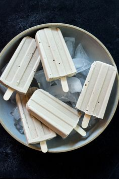 This recipe for Creamy Coconut Popsicles requires just a few ingredients & is a treat for you & the kids. Take advantage of this snack before the weather starts to cool! Frozen Desserts, Gelato, Healthy Popsicles, Banana Popsicles, Frozen Popsicles, Banana Madura, Granita, Roh Vegan, Popsicle Recipes