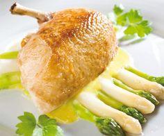 Pečená kuřecí prsa supreme s chřestem a holandskou omáčkou