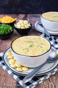 Broccoli Cheese Soup - this creamy cheese soup is loaded with lots of fresh veggies. It is a delicious copycat of the popular Panera recipe. Try this easy recipe for dinner this fall. Brocolli Cheese Soup, Broccoli And Cheese, Easy Dinner Recipes, Soup Recipes, Easy Homemade Soups, Vegetarian Soup, Creamy Cheese, Christmas Scenes, Stuffed Peppers