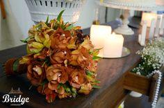 Buquê de rosas coffee break com detalhes em pérola, feito pela equipe de decoração da Bridge Cerimonial