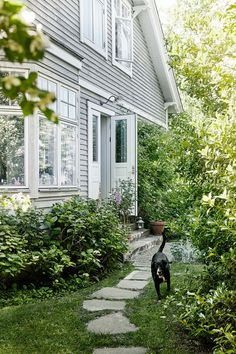Koti Ruotsissa - A Home in Sweden Tämän kodin sisustuksen väripaletista löytyy mustaa, valkoista ja puun värejä sekä sisustuksessa uutta j...